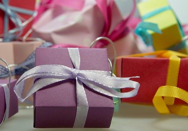 Montagne de cadeaux, cadeaux de toutes les couleurs, de toutes les formes, cadeaux de naissance emballés