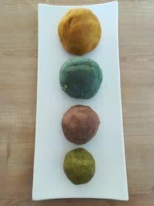 Boules de pate à modeler comestible avec colorant maison